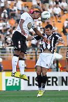 SÃO PAULO, SP, 02 SETEMBRO DE 2012 - CAMPEONATO BRASILEIRO - CORINTHIANS x ATLÉTICO MINEIRO: Paulinho (e) durante partida Corinthians x Atlético Mineiro,  válida pela 20ª rodada do Campeonato Brasileiro de 2012, em partida disputada no Estádio do Pacaembu em São Paulo. FOTO: LEVI BIANCO - BRAZIL PHOTO PRESS