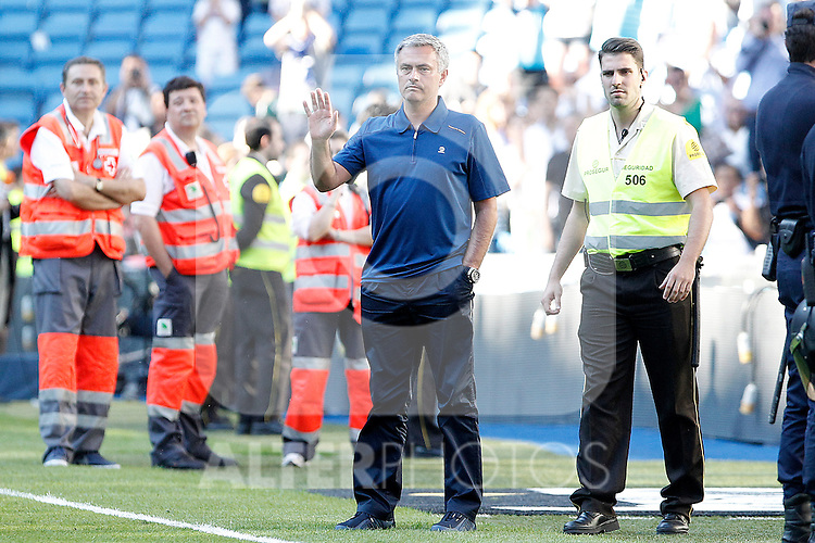 Real Madrid's coach Jose Mourinho says goodbye to fans after La Liga match.June 01,2013. (ALTERPHOTOS/Acero)