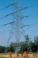 Asia India climate Energy agriculture generate power supply electricity wire high-voltage cable power privatization power companies consumption efficiency women cross grainfield.Asien Indien Privatisierung Stromkonzerne Energiekonzerne Energie Landwirtschaft Subventionen Erzeugung von Strom Strommast Hochspannungsleitung Stromleitungen Energieverbrauch EnergieeffizienzFrauen im Getreidefeld.copyright Joerg Boethling / agenda