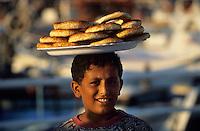 Europe/Turquie/Antalya : Le port - Petit vendeur de pain de césame