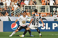 SÃO PAULO, SP, 02 SETEMBRO DE 2012 - CAMPEONATO BRASILEIRO - CORINTHIANS x ATLÉTICO MINEIRO: Douglas (e) e Leandro Donizete (d)  durante partida Corinthians x Atlético Mineiro,  válida pela 20ª rodada do Campeonato Brasileiro de 2012, em partida disputada no Estádio do Pacaembu em São Paulo. FOTO: LEVI BIANCO - BRAZIL PHOTO PRESS