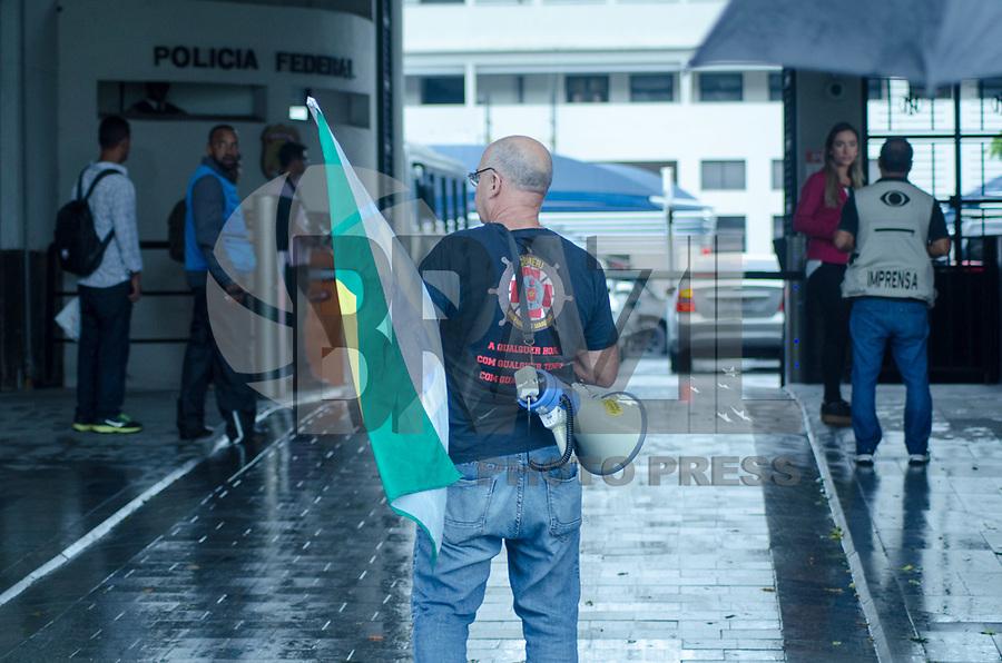 RIO DE JANEIRO,RJ, 08.11.2018 - PROTESTO-RJ - Subtenente Valdelei Duarte, exonorado do Corpo de Bombeiro pelo ex-governador S&eacute;rgio Cabral, realiza protesto em frente &agrave; sede da Policia Federal, na Manh&atilde; desta quinta-feira, 08<br /> <br /> (Foto: Vanessa Ataliba/Brazil Photo Press)