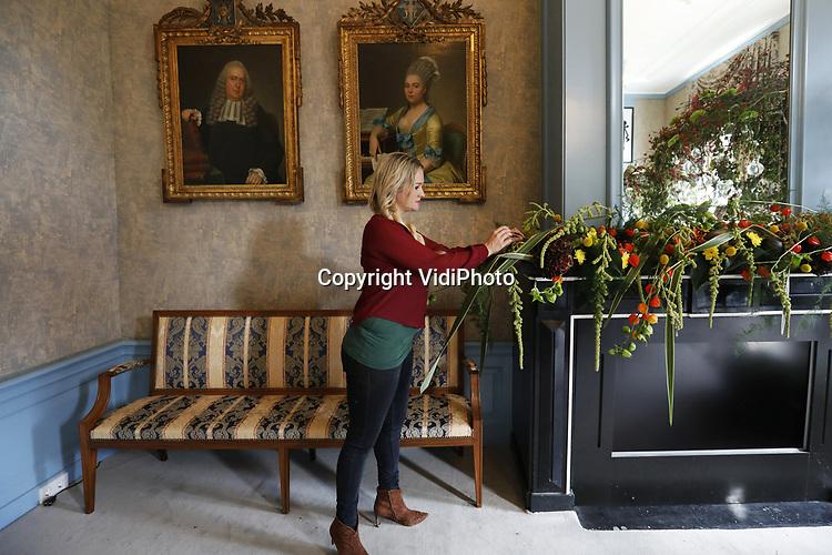 Foto: VidiPhoto<br /> <br /> BAARN - Bloemstyliste Sarah Dikker legt vrijdag de laatste hand aan een bloemencreatie in Kasteel Groeneveld in Baarn. Het is &eacute;&eacute;n van de vele exclusieve bloemwerken van internationale allure die vanaf zaterdag, binnen en buiten, te zien is tijdens de tentoonstelling Bloemkunst. Toonaangevende bloemarrangeurs uit het hele land presenteren in elke kasteelkamer plantaardige creaties gemaakt met meer dan 20.000 bloemen en planten. De tentoonstelling heeft als thema &ldquo;Afscheid van de zomer&rdquo; en duurt tot en met zondag 24 september. Behalve de inspirerende bloemenexpositie is er ook een natuurtentoonstelling van Fiep Westendorp en een buitenspeurtocht, speciaal voor kinderen.