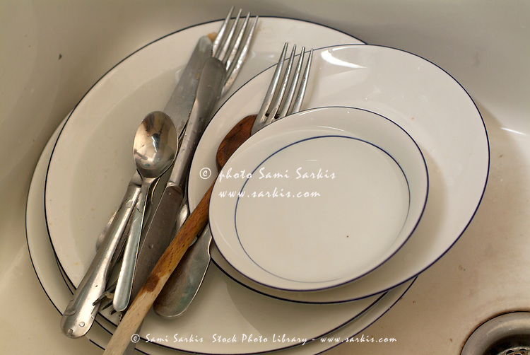 Kitchen sink full of dirty cutlery and dishes sami - Pile plate 4 5v ...