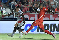 CALI - COLOMBIA, 02-05-2019: Jose Lugo del América disputa el balón con Luis Miranda de Cúcuta durante partido por la fecha 19 de la Liga Águila I 2019 entre América de Cali y Cúcuta Deportivo jugado en el estadio Pascual Guerrero de la ciudad de Cali. / Jose Lugo of America struggles the ball with Luis Miranda of Cucuta during match for the date 19 as part of Aguila League I 2019 between America Cali and Cucuta Deportivo played at Pascual Guerrero stadium in Cali. Photo: VizzorImage / Gabriel Aponte / Staff
