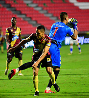 IBAGUE - COLOMBIA, 14-04-2019: Diego Valdés de Deportes Tolima disputa el balón con Neto Volpi guardameta de Deportivo Pasto, durante partido entre Deportes Tolima y Deportivo Pasto, de la fecha 15 por la Liga Águila I 2019, jugado en el estadio Manuel Murillo Toro de la ciudad de Ibague. / Diego Valdes of Deportes Tolima vies for the ball with Neto Volpi goalkeeper of Deportivo Pasto, during a match between Deportes Tolima and Deportivo Pasto of the 15th date for the Aguila League I 2019, played at Manuel Murillo Toro stadium in Ibague city. Photo: VizzorImage / Juan Carlos Escobar / Cont.