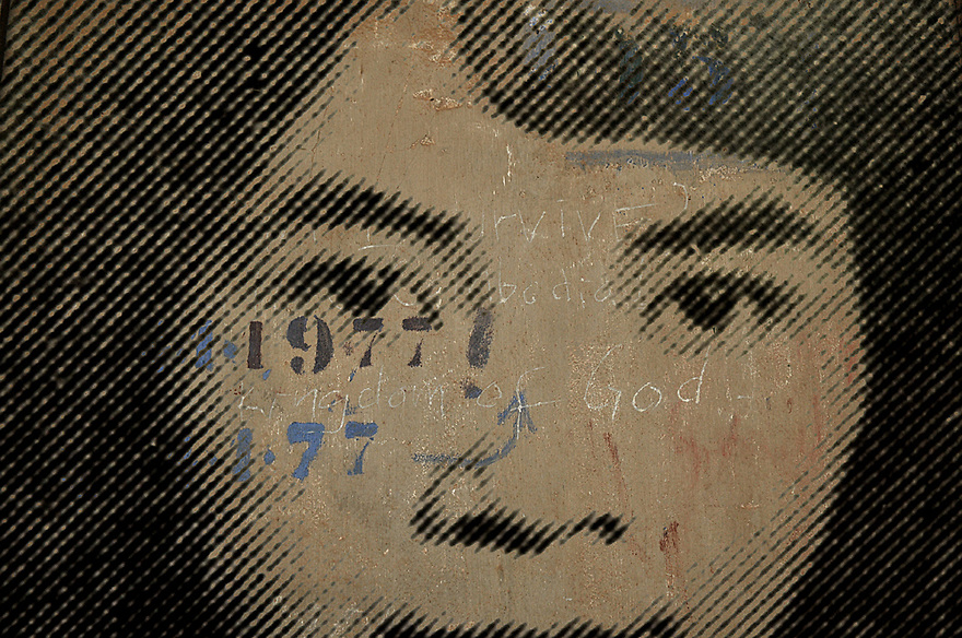 A.osnowycz/thereportage.com.15/03/2010.Phnom Penh, Cambodge.Entre 1975 et 1979 plus de 17 OOO personnes ont trouvé la mort, torturés et exécutées, hommes, femmes et enfants, dans cette ancien lycée de Phnom Penh, « Tuol Sleng », transformé par les khmers rouges en lieu d'extermination et rebaptisé du nom de S-21...L'Angkar, forme abrégée de Angkar padevat (en khmer, «Organisation révolutionnaire»), est l'organe de gouvernement créé par les Khmers rouges en marge de la révolution cambodgienne. Invisible mais bien présente, l'Angkar commande. Elle fait les lois. Elle seule détermine ce qui est bien et ce qui est mal. C'est l'Autorité supérieure que nul ne doit contester...La prison de Tuol Sleng, aujourd'hui transformée en musée est lourde d'émotions : Défilement des portraits d'innocents torturés, salles de tortures, geôles, instruments de torture, barbelés... Elle raconte l'histoire des milliers de victimes qui y ont trouvé la mort mais aussi celle de leurs bourreaux et de la folie dans laquelle le régime khmers rouge s'est engouffré.