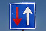 WOERDEN - Een versleten, gebruikt verkeersbord geeft bij wegwerkzaamheden de gewijzigde richting aan voor het verkeer. ANP PHOTO COPYRIGHT TON BORSBOOM