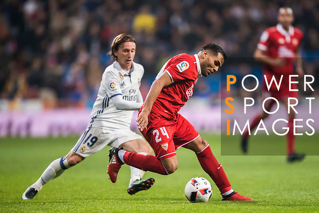 Gabriel Mercado (r) of Sevilla FC battles for the ball with Luka Modric of Real Madrid during their Copa del Rey Round of 16 match between Real Madrid and Sevilla FC at the Santiago Bernabeu Stadium on 04 January 2017 in Madrid, Spain. Photo by Diego Gonzalez Souto / Power Sport Images