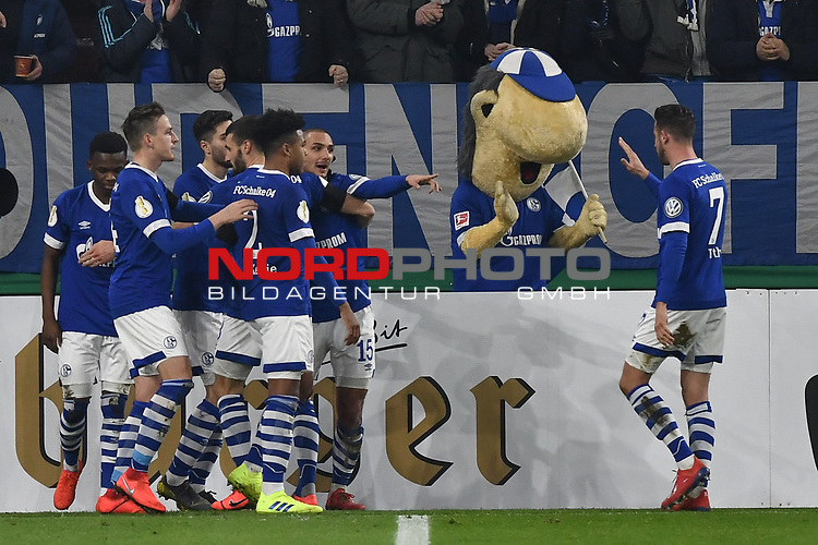 06.02.2019, Veltins-Arena, Gelsenkirchen, GER, DFB-Pokal Achtelfinale, Schalke 04 vs Fortuna Duesseldorf, DFL regulations prohibit any use of photographs as image sequences and/or quasi-video<br /> <br /> im Bild die Mannschaft von Schalke Jubel / Freude / Emotion / Torjubel / Torschuetze zum 1:0 Ahmed Kutucu (#15, FC Schalke 04) <br /> <br /> Foto © nph/Mauelshagen