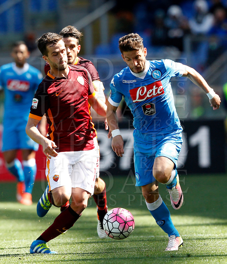 Calcio, Serie A: Roma vs Napoli. Roma, stadio Olimpico, 25 aprile 2016.<br /> Napoli's Dries Mertens, right, is challenged by Roma's Miralem Pjanic during the Italian Serie A football match between Roma and Napoli at Rome's Olympic stadium, 25 April 2016.<br /> UPDATE IMAGES PRESS/Riccardo De Luca