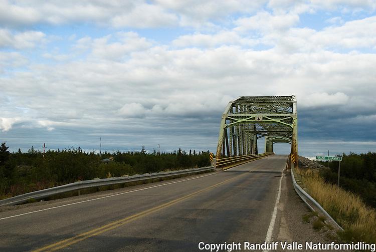 Bro over Frank Channel mellom Yellowknife og Fort Providence. ---- Bridge over Frank Channel between Yellowknife and Fort Providence.