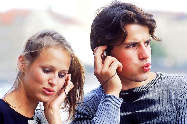 Un couple ecoute de la musique *** A couple listening to the music.