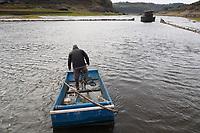 Fecha: 2017-11-22 Portomarin, Lugo.- SEQUIA.- El Rio Miño el mas grande de Galicia, a su paso por la localidad de Portomarin, Lugo. La reserva hidráulica se encuentra al 37% de su capacidad total, un registro solo superado a peor durante el periodo de sequía comprendido entre 1992 y 1995. En la imagen el embalse de Belesar, un hombre con una barca. Antiguamente los vecinos de la aldea tenían unas cincuenta barcas, hoy solo queda una. Al fondo construcciones del antiguo pueblo, que se pueden ver debido a la falta de lluvia.