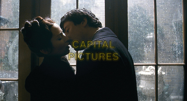 EMILY BLUNT & BENICIO DEL TORO.in The Wolfman .*Filmstill - Editorial Use Only*.CAP/FB.Supplied by Capital Pictures.