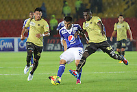 BOGOTÁ -COLOMBIA, 19-04-2013. Harrison Otálvaro(c) de Millonarios disputa el balón con Jonny Vásquez (i) y Ervin Maturana (d) de Itagüi durante partido de la fecha 12 Liga Postobón 2013-1./  Harrison Otálvaro(c) of Millonarios fights for the ball withJonny Vásquez (l) and Ervin Maturana (r) of Itagüi during match of the12th date of Postobon  League 2013-1. Photo: VizzorImage/Felipe Caicedo/Staff