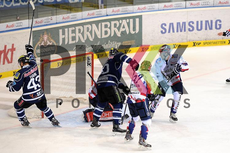Ingolstadts Aaron Brocklehurst (Nr.4) erzielt hier mit einem Schlagschuss von der blauen Linie das 1:0 gegen Iserlohns Daniar Dshunussow (Nr.30)  im Spiel der DEL, ERC Ingolstadt - Iserlohn Roosters.<br /> <br /> Foto &copy; P-I-X.org *** Foto ist honorarpflichtig! *** Auf Anfrage in hoeherer Qualitaet/Aufloesung. Belegexemplar erbeten. Veroeffentlichung ausschliesslich fuer journalistisch-publizistische Zwecke. For editorial use only.