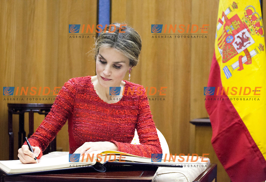Queen Letizia of Spain signing the Golden Book upon her arrival to attend the Second International Conference on Nutrition (ICN2), FAO Headquarters. <br /> 2nd International Conference on Nutrition.<br /> Roma 20-11-2014, FAO Headquarters.<br /> Foto Giuseppe Carotenuto/FAO