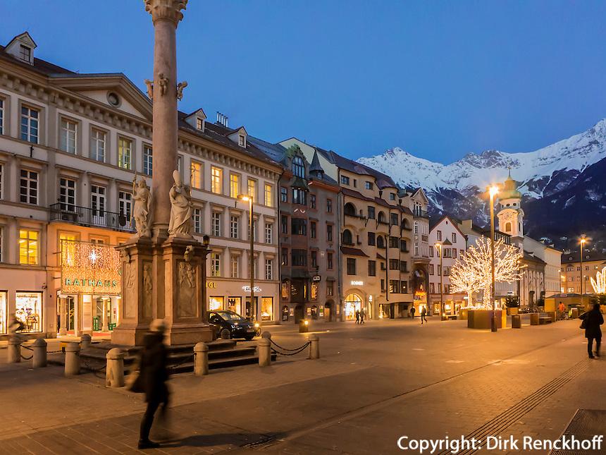 Anna-Säule auf der weihnachtlich beleuchtetne Maria-Theresien-Straße vor dem Karwendel, Innsbruck, Tirol, Österreich