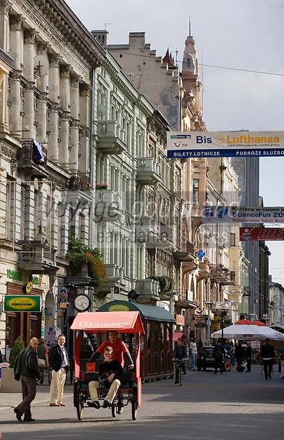 Europe/Pologne/Lodz: Cyclo-Pousse dans la rue Piotrkowska plus longue rue pietonne de Pologne avec ses façades baroques.