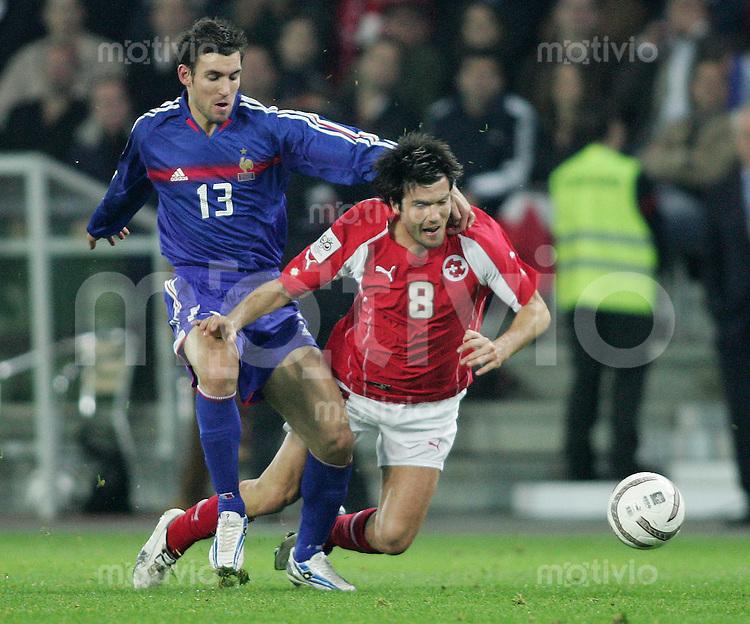 Fussball International WM Qualifikation Schweiz - Frankreich Raphael Wicky (SUI,re) gegen Anthony Reveillere (FRA)