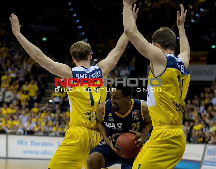 13.05.2015, EWE Arena, Oldenburg, GER, BBL, Play-Off VF, EWE Baskets Oldenburg vs ALBA BERLIN, im Bild Robin Smeulders (Oldenburg #12), Clifford Hammonds (Berlin #25), Adam Chubb (Oldenburg #11)<br /> <br /> Foto &copy; nordphoto / Frisch