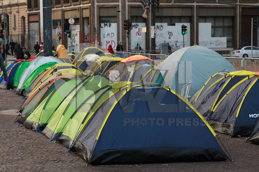 SAO PAULO, SP, 06-08-2014, ACAMPAMENTO SEM TETO. Varias barracas continuam em frente a prefeitura de Sao Paulo na manha dessa quarta-feira (6). Manifestantes passaram a noite gelada dessa quarta-feira (6), acampados em frente a prefeitura de Sao Paulo na regiao central de Sao Paulo. Luiz Guarnieri/ Brazil Photo Press.
