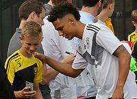 Thilo Kehrer (Deutschland Germany) gibt den wartenden Fans Autogramme und macht Selfies - 04.06.2019: Training der Deutschen Nationalmannschaft zur EM-Qualifikation in Venlo/NL