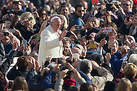 Papa Francesco saluta i fedeli al suo arrivo all'udienza generale del mercoledi' in Piazza San Pietro, Citta' del Vaticano, 11 novembre 2015.<br /> Pope Francis waves to faithful as he arrives for his weekly general audience in St. Peter's Square at the Vatican, 11 November 2015.<br /> UPDATE IMAGES PRESS/Riccardo De Luca<br /> <br /> STRICTLY ONLY FOR EDITORIAL USE