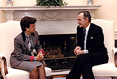 United States President George H.W. Bush meets Mayor Sharon Pratt Dixon (Democrat of the District of Columbia) in the Oval Office of the White House in Washington, DC on January 4, 1991.<br /> Mandatory Credit: Carol T. Powers / White House via CNP