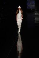 RIO DE JANEIRO, RJ, 13 DE JANEIRO 2012 - FASHION RIO - DESFILE GRIFE ÁGATHA - Modelo durante desfile da grife Ágatha no quarto dia de desfiles da edição inverno 2012 do Fashion Rio, no Pier Mauá, na cidade do Rio de Janeiro, nesta sexta-feira, 13. (FOTO: BRUNO TURANO - NEWS FREE).