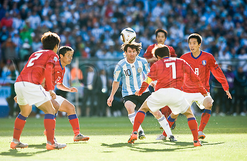 Lionel MESSI, ARG, surrounded by S Korea players Spieler, Aktion,  KIM Jung Woo, PARK Ji Sung, LEE Young Pyo, OH Beom Seok, Dominat, Dominanz. Argentina (ARG) versus South korea (KOR) 4:1, on 17.06.2010 in Johannesburg 11.07.2010