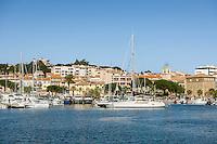 France, Provence-Alpes-Côte d'Azur, Saint-Tropez: holiday resort with marina at the northern shore of the Gulf of Saint-Tropez | Frankreich, Provence-Alpes-Côte d'Azur, Sainte-Maxime: Urlaubsort mit Yachthafen im Golf von Saint-Tropez