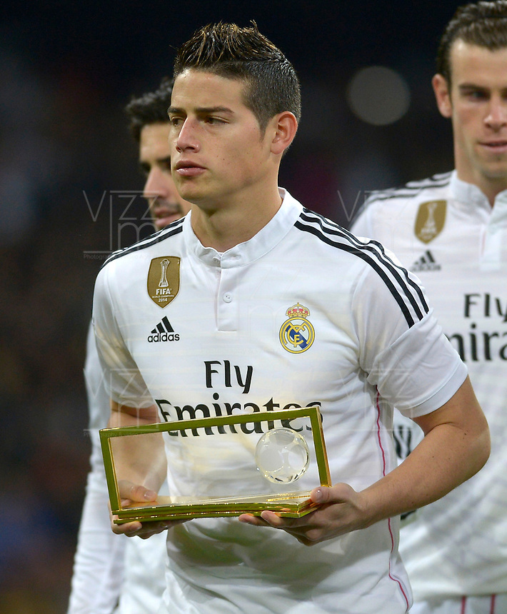 MADRID (SPAIN), JANUARY, 15, 2015. James Rodríguez shows to Real Madrid supporters the trophy won as the best goal of year before the football match of Real Madrid vs Atlético de Madrid at Santiago Bernabéu stadium for Copa del Rey. PATRICIO REALPE/ASNERP
