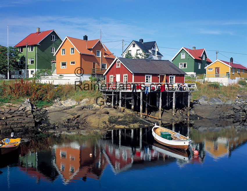 Norwegen, Nordland, Lofoten, Henningsvaer: Fischerdorf mit typ. bunten Holzhaeusern   Norway, Nordland, Lofoten Islands, Henningsvaer: fishing village
