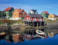 Norwegen, Nordland, Lofoten, Henningsvaer: Fischerdorf mit typ. bunten Holzhaeusern | Norway, Nordland, Lofoten Islands, Henningsvaer: fishing village