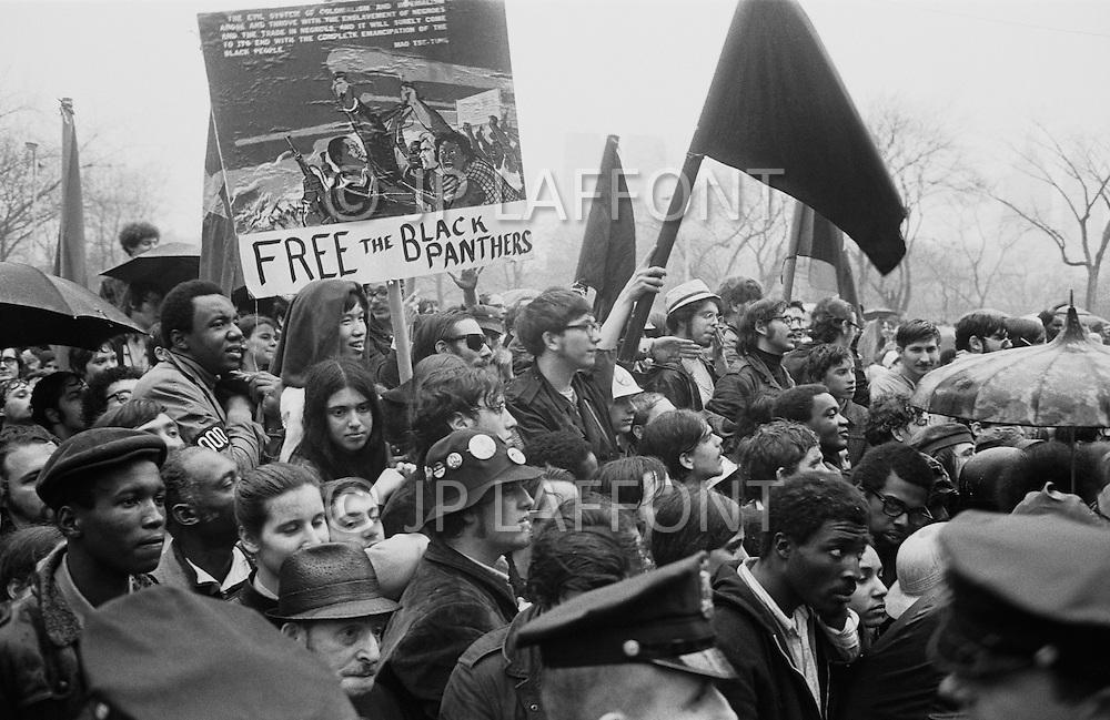 08 Apr 1969 --- Demonstrators in New York City protesting the Vietnam War, which as of this month has claimed more soldiers' lives than that of the entire Korean War. Last month, the United States began secret bombing campaigns of North Vietnamese and Vietcong bases in Cambodia. Rising their fist protestors support the Black Panthers Movement.<br /> New York City, NY. 8 avril 1969. <br /> Les hippies manifestent contre l&rsquo;escalade de la guerre au Vietnam. Nixon est le premier vis&eacute;. De vraies t&ecirc;tes de cochons seront plant&eacute;es sur des piquets. Ce sera la seule fois o&ugrave; je verrai de vraies t&ecirc;tes de cochons utilis&eacute;es pendant des d&eacute;monstrations.
