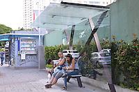 SAO PAULO, 13 DE MARCO DE 2013 - NOVOS PONTOS DE ONIBUS - Novos pontos de onibus estão sendo colocados na cidade. Na foto, novo ponto de onibus, todo de vidro, na Avenida Sumare, regiao oeste da capital, na tarde desta quarta-feira, 13. (FOTO: ALEXANDRE MOREIRA / BRAZIL PHOTO PRESS)