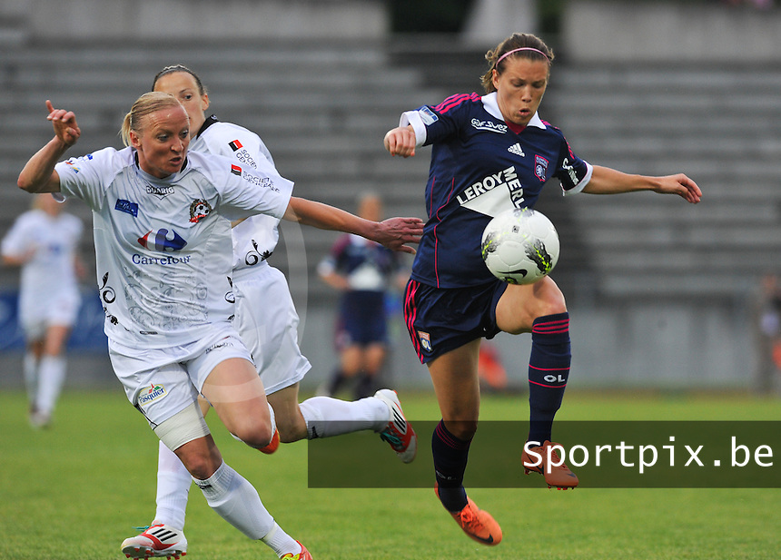 Football Club Feminin Juvisy Essonne - Olympique Lyon :.Lara Dickenmann aan de bal voor Nelly Guilbert en Emilie Trimoreau (achter).foto DAVID CATRY / JOKE VUYLSTEKE / Vrouwenteam.be