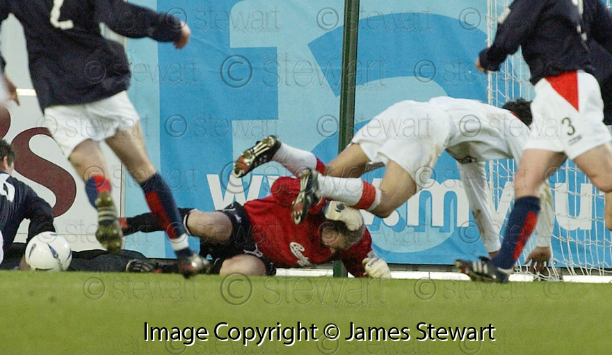 26/12/2004  Copyright Pic : James Stewart.File Name : jspa12_falkirk_v_airdrie.ALAN FERGUSON GETS HIS HEAD SPLIT BY ALAN GOW....Payments to :.James Stewart Photo Agency 19 Carronlea Drive, Falkirk. FK2 8DN      Vat Reg No. 607 6932 25.Office     : +44 (0)1324 570906     .Mobile   : +44 (0)7721 416997.Fax         : +44 (0)1324 570906.E-mail  :  jim@jspa.co.uk.If you require further information then contact Jim Stewart on any of the numbers above.........
