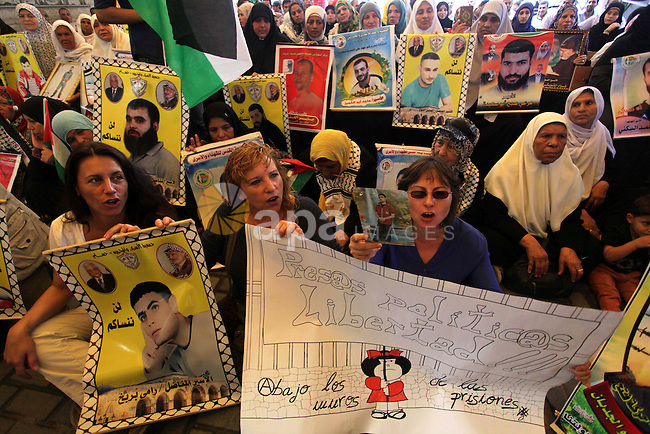 Delegation of the Spanish take part in a protest calling for the release of Palestinian prisoners held in Israeli jails in Gaza City on Sep. 02, 2013. Photo by Ashraf Amra