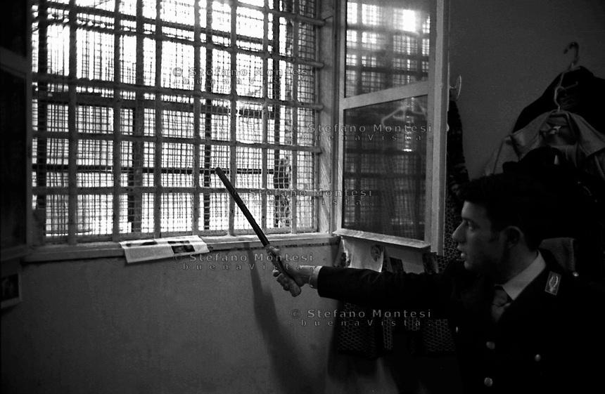 Roma 2000.Carcere di Regina Coeli  .La battitura delle sbarre di una finesta in una cella.Regina Coeli (Queen of Heaven) Prison..Control of the bars