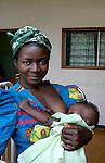 Femme africaine attendant à la maternité au Cameroun.