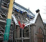 HEERLEN - In Heerlen werkt een medewerker van Steigerbouw Block aan de opbouw van steigers voor de te restaureren aannemersbedrijf Kerk st. Franciscus van Assisie in de Laanderstraat. De eerste fase van de restauratie van het uit 1922 daterende door architect Buskens ontworpen gebouw, startte in 2003 waarbij ondermeer het angelustorentje van de kerk is vervangen. In opdracht van de stichting Renovatie Kerkgebouw Laanderstraat zal met financiële bijdragen van het rijk, de provincie en sponsors ook de wanden en het dak onder handen genomen worden.