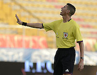 BOGOTÁ -COLOMBIA-01-02-2014. Leevan Suarez arbitro durante el partido entre Fortaleza FC e Independiente Santa Fe por la fecha de la Liga Postobón I 2014 jugado en el estadio Metropolitano de Techo en Bogotá./ Leevan Suarez referee during the match between Fortaleza FC fights for the ball with xxx (L) of Independiente Santa Fe during the match for the 2nd date of Postobon League I 2014 played at Metropolitano de Techo stadium in Bogota. Photo: VizzorImage / Gabriel Aponte / Staff