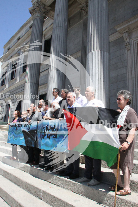 A group of deputies from different parties have focused Wednesday on the steps of Congress to express their support for the 'Freedom Flotilla III', which is directed to the Gaza Strip in an attempt to break the naval blockade imposed by the Israeli government in this Palestinian territory since 2007.