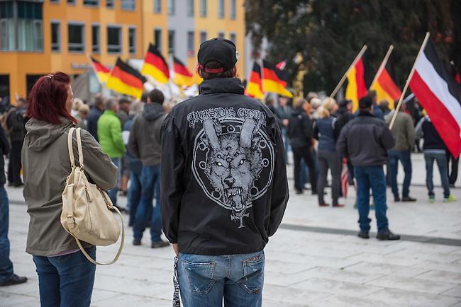 Rechte demonstrieren in Bautzen gegen Fluechtlinge.<br /> Am Sonntag den 18. September 2016 versammelten sich im saechsischen Bautzen ca. 120 Rechte zu einem Kundgebung mit anschliessender Demonstration um gegen Fluechtlinge zu demonstrieren. Sie riefen Parolen gegen Fluechtlinge und gegen Angela Merkel und beschimpften Medienvertreter als &quot;Volksverraeter&quot;.<br /> Nach Aussagen von Anwohnern waren nur etwa 15 Teilnehmer aus Bautzen. Bautzener Rechtsextreme hatten zuvor aufgerufen, sich vorerst nicht an Demonstrationen zu beteiligen, bis ein von ihnen an die Stadtverwaltung gestelltes Ultimatum, zu Loesung der Fluechtlingsfrage verstrichen ist.<br /> 18.9.2016, Bautzen/Sachsen<br /> Copyright: Christian-Ditsch.de<br /> [Inhaltsveraendernde Manipulation des Fotos nur nach ausdruecklicher Genehmigung des Fotografen. Vereinbarungen ueber Abtretung von Persoenlichkeitsrechten/Model Release der abgebildeten Person/Personen liegen nicht vor. NO MODEL RELEASE! Nur fuer Redaktionelle Zwecke. Don't publish without copyright Christian-Ditsch.de, Veroeffentlichung nur mit Fotografennennung, sowie gegen Honorar, MwSt. und Beleg. Konto: I N G - D i B a, IBAN DE58500105175400192269, BIC INGDDEFFXXX, Kontakt: post@christian-ditsch.de<br /> Bei der Bearbeitung der Dateiinformationen darf die Urheberkennzeichnung in den EXIF- und  IPTC-Daten nicht entfernt werden, diese sind in digitalen Medien nach &sect;95c UrhG rechtlich geschuetzt. Der Urhebervermerk wird gemaess &sect;13 UrhG verlangt.]