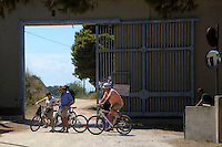 Turisti durante la visita guidata in bicicletta,davanti l'ingrsso del carcere. Tourists during the tour by bicycle..