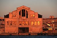 Europe/France/Provence-Alpes-Côte d'Azur/13/Bouches-du-Rhône/Marseille: Le Port de Commerce Détail hangar dans la lumiere du soir