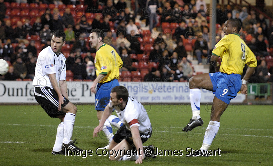 11/03/2008    Copyright Pic: James Stewart.File Name : sct_jspa03_dunfermline_v_hamilton.RICHARD OFFIONG SCORES HAMILTON'S FIRST.James Stewart Photo Agency 19 Carronlea Drive, Falkirk. FK2 8DN      Vat Reg No. 607 6932 25.Studio      : +44 (0)1324 611191 .Mobile      : +44 (0)7721 416997.E-mail  :  jim@jspa.co.uk.If you require further information then contact Jim Stewart on any of the numbers above........